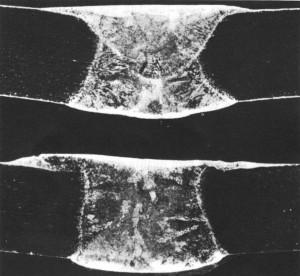 Figura 3 - Fusão extensiva e de pequena penetração no passe de raiz (amostra 2, fita removida por esmerilhamento). 10x