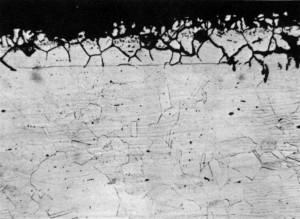Figura 2 - Carbonetação, ataque intergranular e trincas insipientes de corrosão sob tensão. 100x