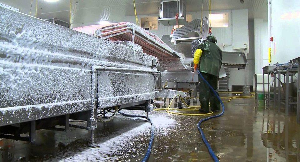 Limpeza industrial é essencial para a saúde dos funcionários e consumidores