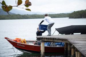 Embarque das vacinas na comunidade do Marujá com destino à Vila do Ariri. Ada Schveitzer/Grupo Emba.